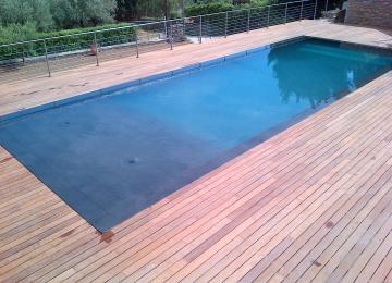 AQUASET-LA CIOTAT:piscine béton ,mirroir, carrelage grés ceram noir, système de nettoyage automatique intégré,couverture automatique en fond de bassin