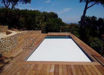 AQUASET-GAOU BENAT: piscine béton  de 9mx3m, revetement emaux de verre gris, couverture automatique en fond de bassin,chauffage par pompe a chaleur réversible,couverture automatique en fond de bassin, terrasses et margelles en bois d'ipé