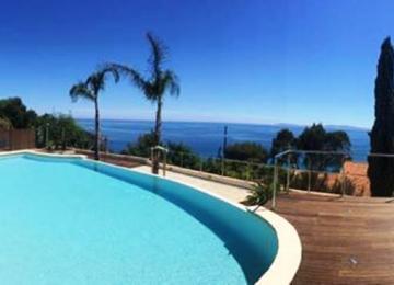 AQUASET-Piscine à débordement, 100% béton- residence hotellière au Lavandou