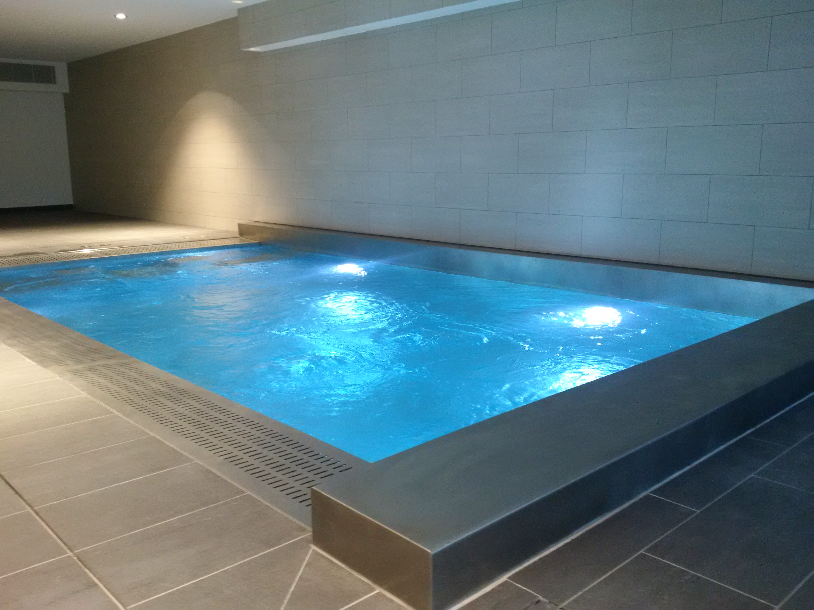 Spa de nage en inox 6m x3m unique et sur mesure brignoles for Construction piscine inox