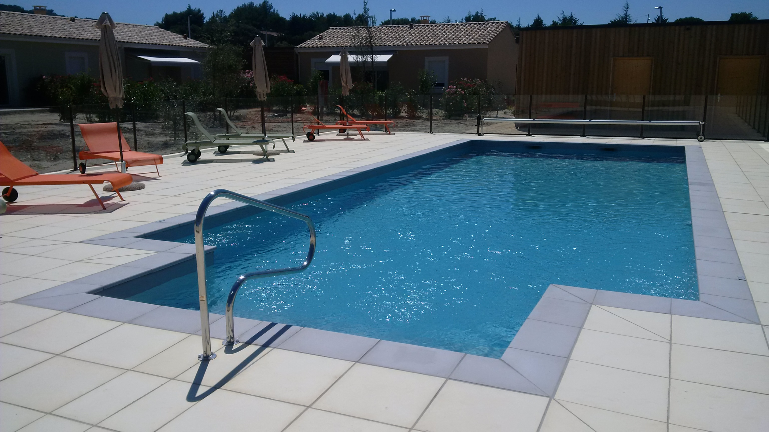 La piscine collective piscines traditionnelles brignoles for Revetement piscine pvc arme